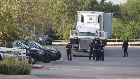 La policía de San Antonio, Texas, inspecciona un camión interceptado jun...