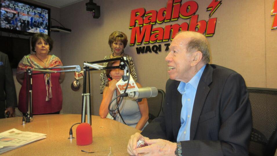 """Armando Pérez Rourá se dirige al público de Radio Mambí """"La Grande"""" por..."""