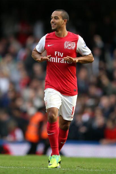 En la media se encuentra el joven jugador inglés Theo Walcott.