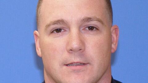 El policía del condado de Suffolk Christopher McCoy fue arrestado...