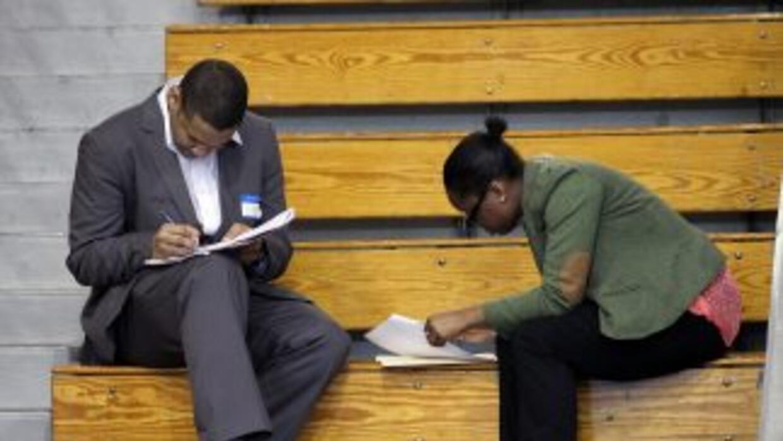 El desempleo entre los afroamericanos y los hispanos continúa en los pri...