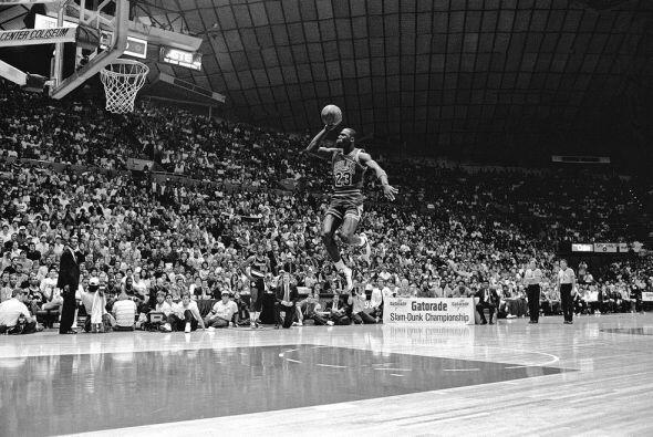 1987 - Michael Jordan de los Chicago Bulls empieza su salto para clavarl...