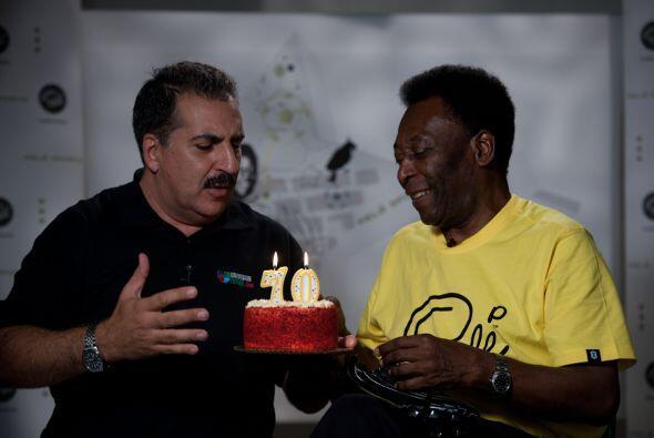 El presidente de la República Deportiva, Fernando Fiore, le dio u...