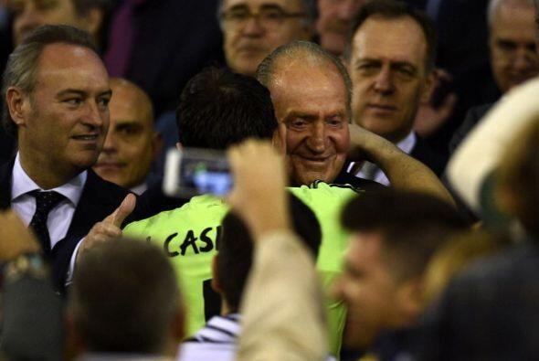 Abrazo entre el Rey Juan Carlos y el capitán Iker Casillas.