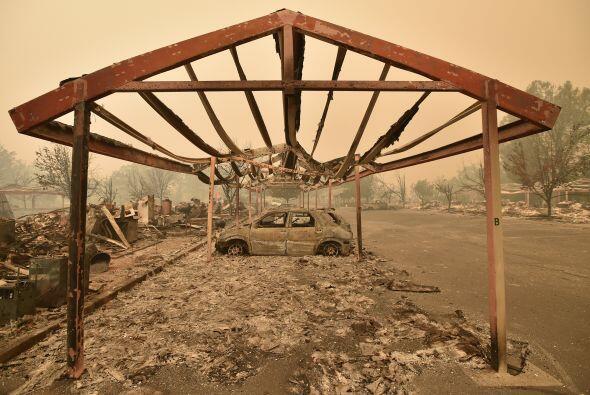 Tanto vehículos como viviendas quedaron calcinados con las altas tempera...