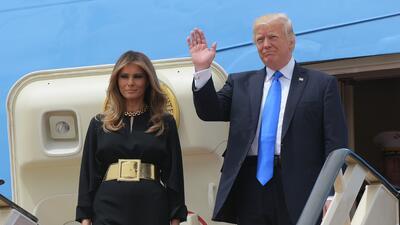 Melania Trump llegó a Riad con un mono negro de pantalón a...