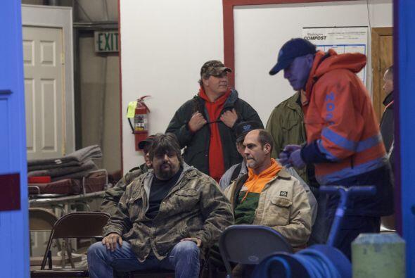 Voluntarios de la comunidad se reúnen en la estación de bomberos de Darr...