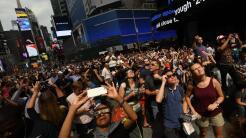 Cientos de personas observan el eclipse en la ciudad de Nueva York.