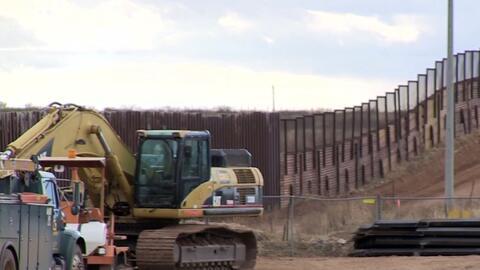 Contratistas inician trabajos para reemplazar una parte del muro fronter...