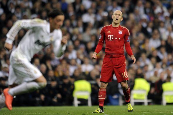 Al final de la primera etapa, Robben tuvo la chance de empatar el juego...