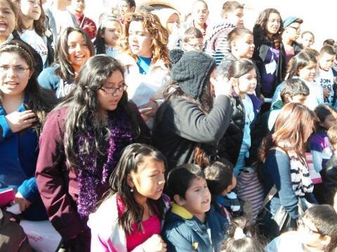 El grupo de 150 niños, acompañados por padres y activistas...