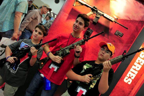 Los jovencitos emocionados de poder tocar un arma de verdad.