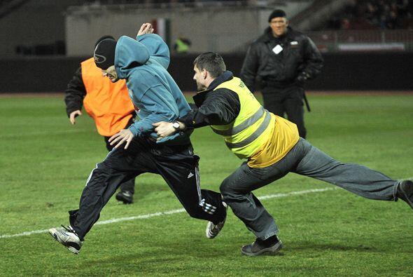 También le dolió a este aficionado húngaro que saltó al campo y fue atra...