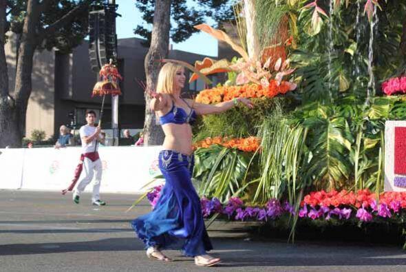 Esta osada bailarina no sólo encantó con sus movimientos de cadera en su...