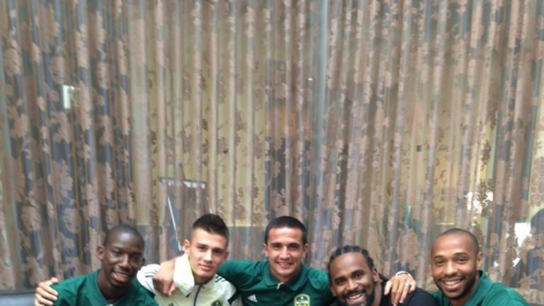 Matt Miazga con BWP, Tim Cahill, y Thierry Henry