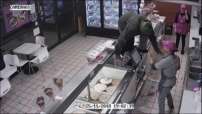 Trató de robar en una tienda, pero no sabía que este empleado no se lo pondría nada fácil