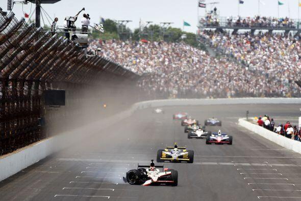 A pesar del accidente, JR Hildbrand alcanzó a cruzar la meta para termin...