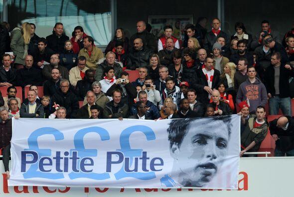 ¿Qué significa el letrero de los fans del Arsenal le dedicaron a Samir N...