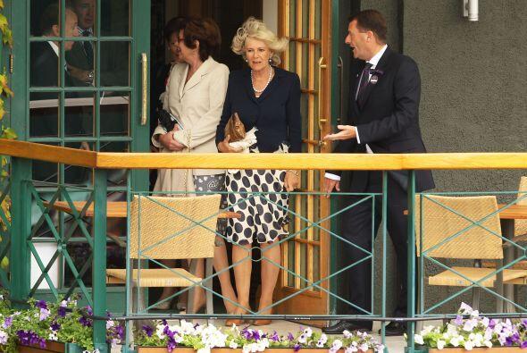 Saliendo de la Casa Club, Camilla no contaba con el fuerte viento que ha...