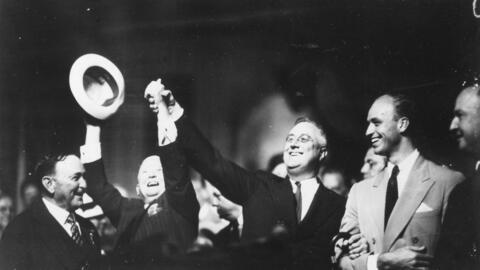 Franklyn D. Roosevelt (segundo a la izq) en la Convención Dem&oac...