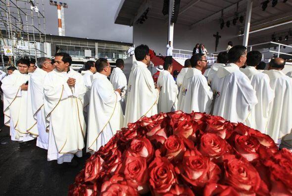 Un grupo de religosos hacen fila para llegar a la Plaza de la Independen...