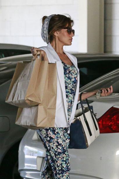 Eva Mendes con las manos llenas de tanto shopping.  ¡Alguien que le ayud...
