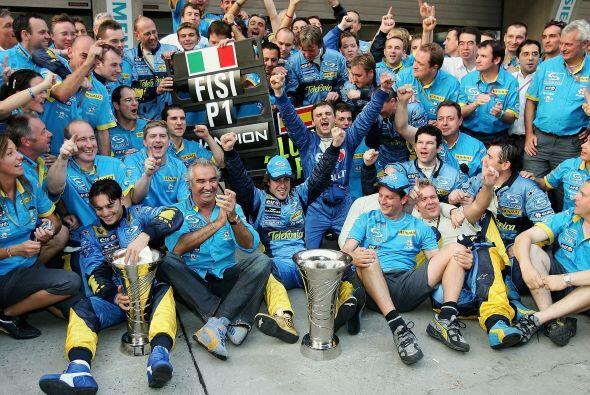 El equipo completo de la Renault festejó al nuevo campeón.