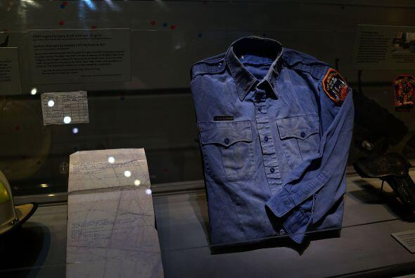 Una camisa usada por uno de los bomberos que socorrió a las víctimas del...