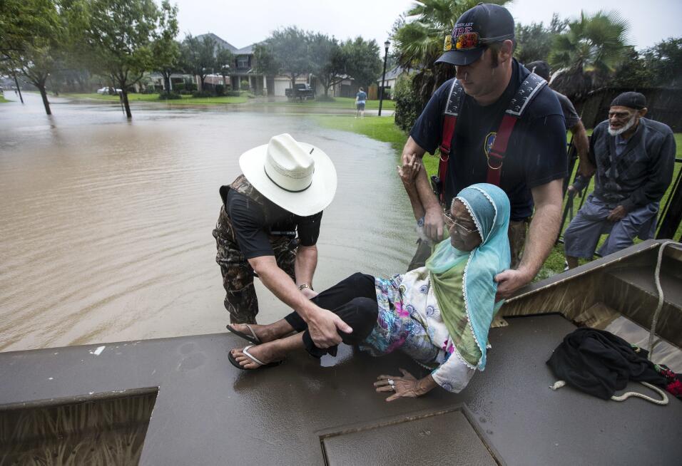 Troy Nehls, comisario del condado Fort Bend ayuda a Mumtaz Kara y a su e...