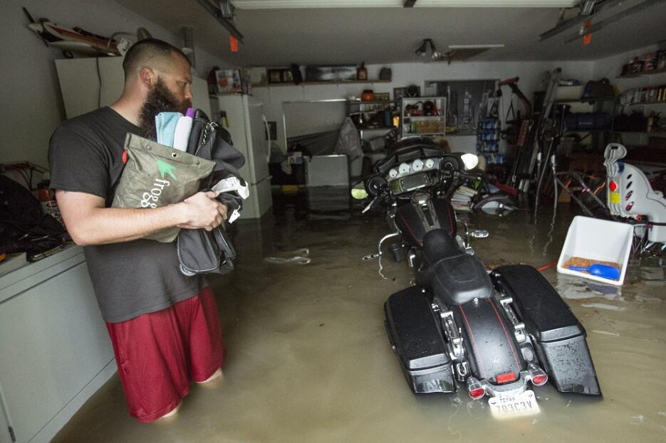 Un residente observa cómo ha quedado el garaje donde guardaba sus perten...