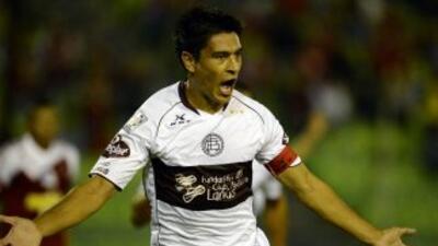 Con un doblete del defensa Paolo Goltz, Lanús noqueó a Caracas jugando d...