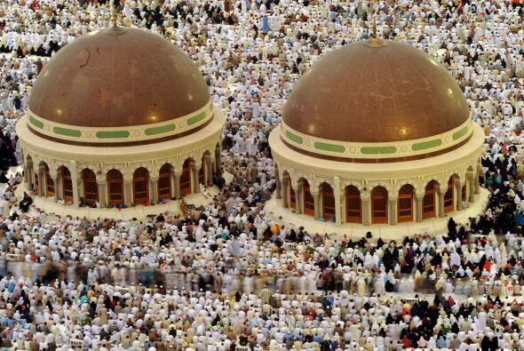Una vista panorámica muestra a miles de peregrinos realizar las oracione...