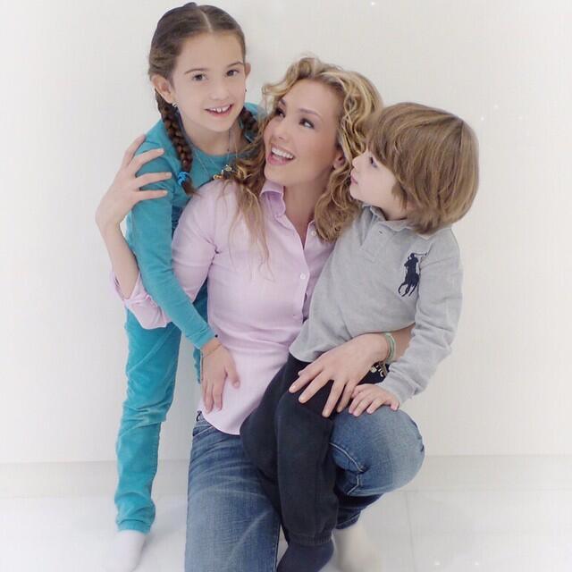 Thalía no deja que sus hijos olviden sus raíces
