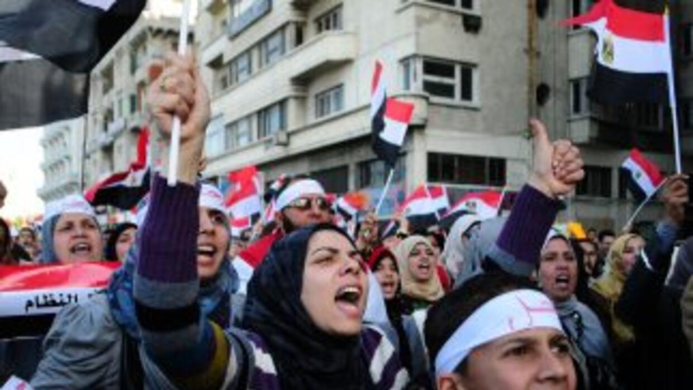 Cientos de miles de egipcios festejaron con gritos de júblico la renunci...