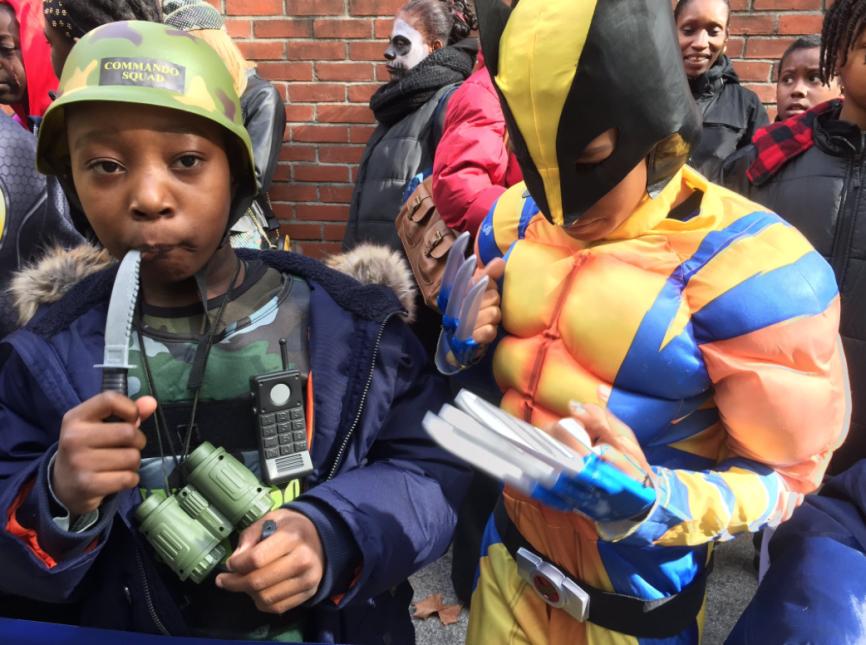Los disfraces de algunos menores incluían cuchillos y navajas plásticas.