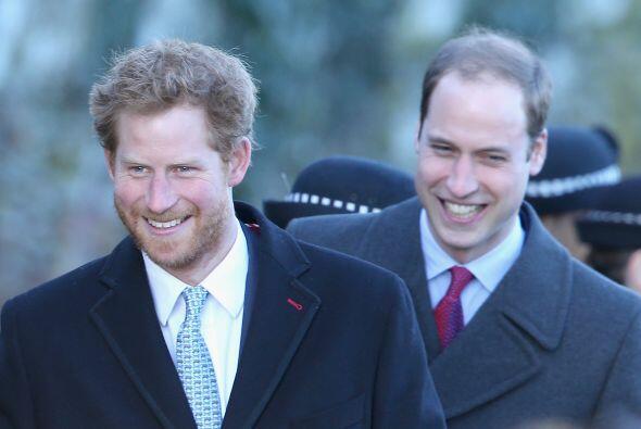 El príncipe Harry y William salen de una misa tradicional el día de Navi...