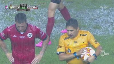 El árbitro detiene el partido por las pésimas condiciones de la cancha
