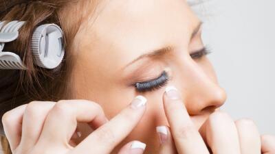 Utiliza pestañas postizas y destaca la forma de tus ojos.