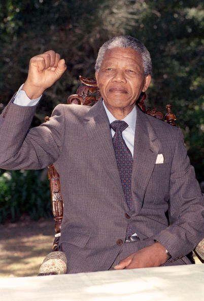 Junto a Oliver Tambo y otros jóvenes líderes tomó l...
