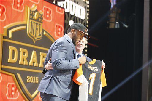El jersey de los Bengals (selección #21) lo portará el OT de Texas A&M,...