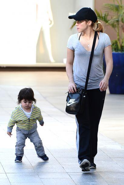 Mientras el nene practicaba sus primeros pasos Shakira admiraba el panor...