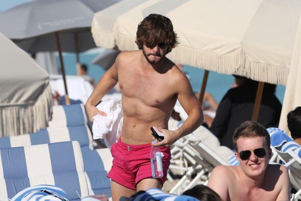 Y vaya que lo está cumpliendo, pues el actor presumió cuerpazo en la playa.