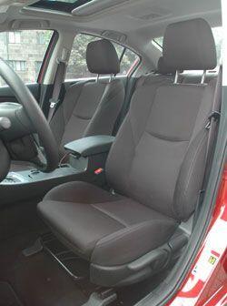 La posición de manejo se siente un poco alta los asientos son muy cómodos.