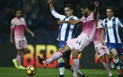 Tremendo bazucazo de Danilo permite al Porto seguir a la caza del Benfica