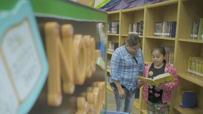 ¿En qué consisten los talleres de aprendizaje para padres de familia en el distrito escolar de Houston?