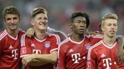 Müller, a la izquierda, fue la figura al marcar tres tantos en el debut...