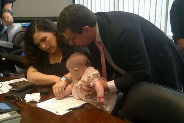 Tras unos meses de nacida, la pareja hizo ciudadana mexicana a su bebé,...