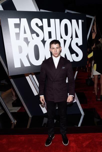 Nick Jonas uno de los más elegantes. Este hombre sí sabe lo que le queda...