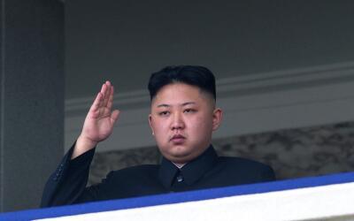 Kim Jong Un, líder de Corea del Norte, saluda en un desfile milit...