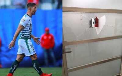 El delantero de Santos salió bastante molesto tras la expulsi&oac...